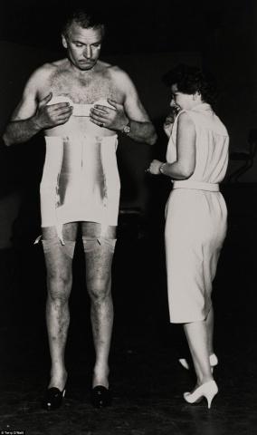 Šis neredzētais Lorensa Olivjē portrets, kuru 1962.gadā uzņēmis fotogrāfs Terijs O'Nīls (Terry O'Neill), var tikt izsolīta par 1000 sterliņu mārciņām.