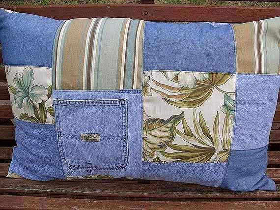 Piemeklējot pieskaņotu audumu, no vecajiem džinsiem var pašūt stilīgas spilvendrānas