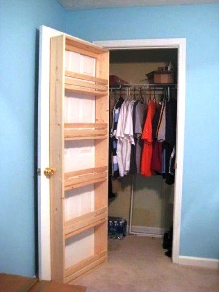 Pie garderobes durvīm piemeistaroti plaukti ir papildu vieta sīkumiem