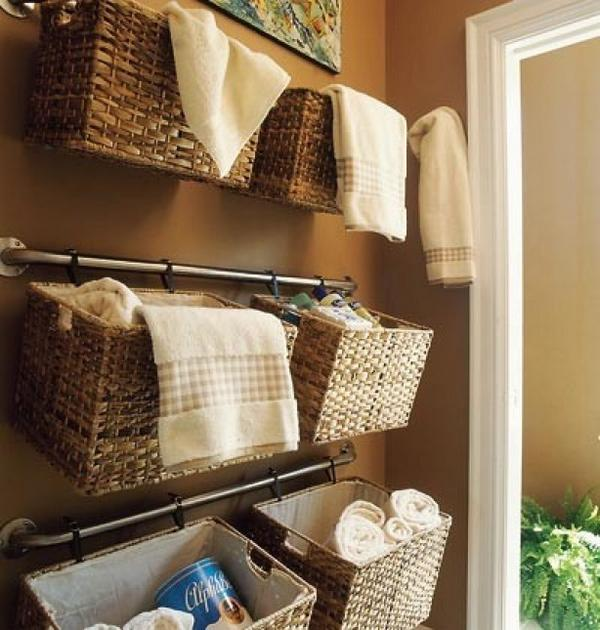 Grozos pie vannas istabas sienas ietilpst daudz vairāk lietu nekā plauktiņos