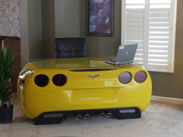 Ja garāžā ir kāda lieka sporta mašīna, no tās var uzmeistarot rakstāmgaldu