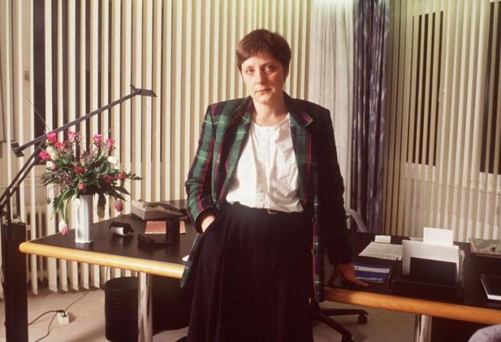 1991.gada 15.februāris, Bonna --- politiķe Angela Merkele savā birojā