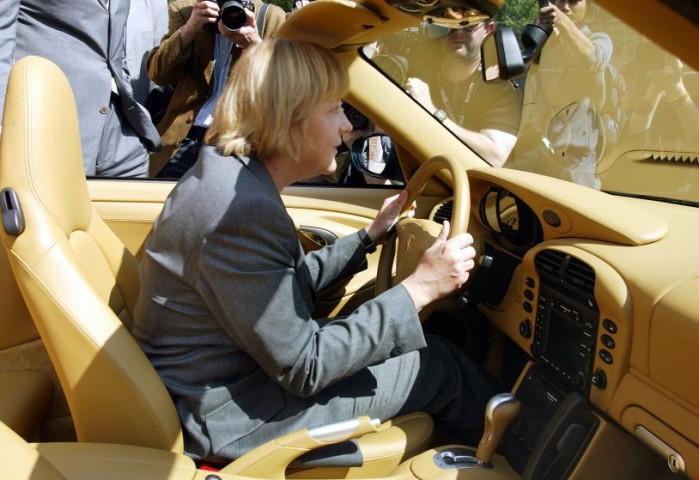 """Štutgarte, Vācija - 2002.gada 11.jūlijā, Angela Merkele izmēģina """"Porsche 911"""" sava apmeklējuma laikā rūpnīcā Porsche"""