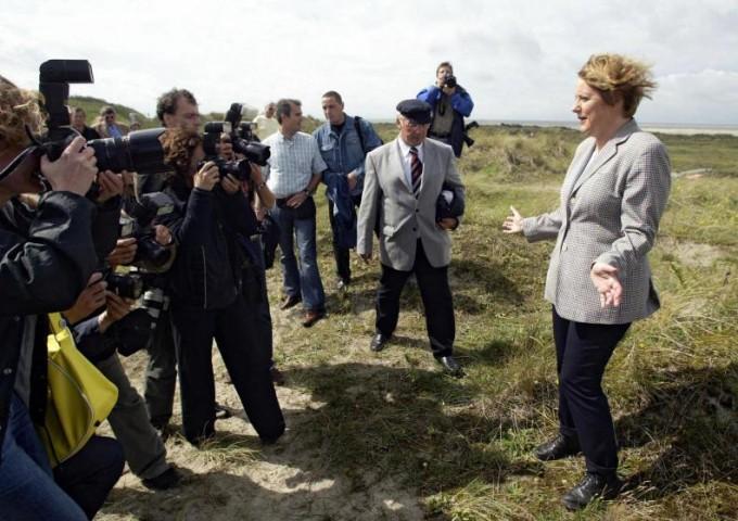 Angela Merkele pozē fotogrāfiem savas vizītes laikā Borkumas salā Vācijā Ziemeļjūrā, 2004.gads