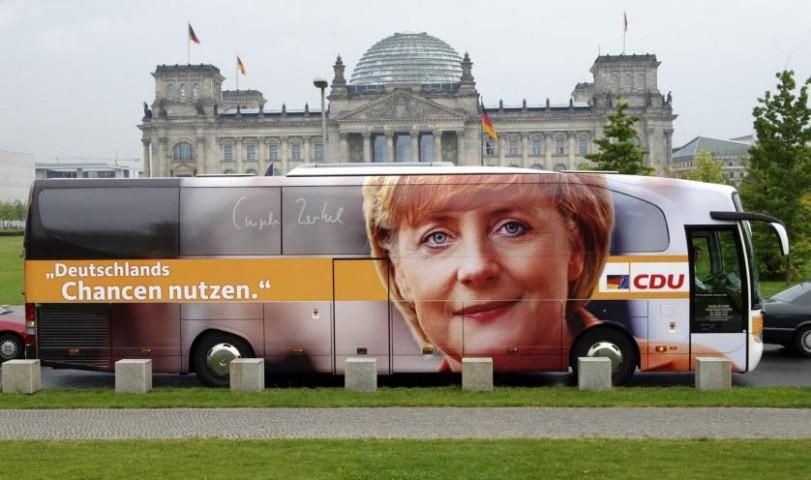 Рекламный автобус Angeles Merkeles priekšvēlēšanu kampaņas autobuss Berlīnē 2005.gadā