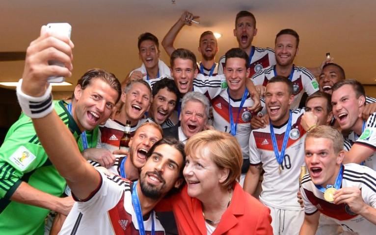 Riodežaneiro, Brazīlija. Vācijas kanclere Angela Merkele Valsts prezidenta Joahims Hauks svin Vācijas uzvaru futbola spēlē 2014. gadā FIFA World Cup Brazil finālā 2014.gada 13.jūlijs