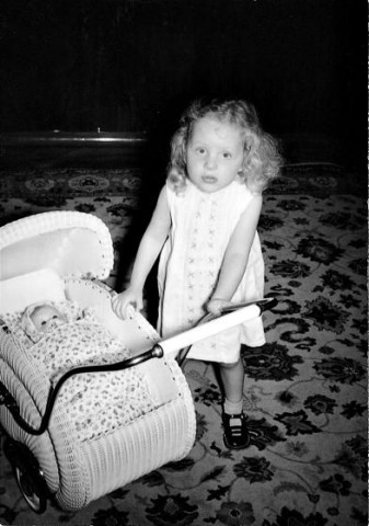 Angela bērnībā ar leļļu ratiņiem