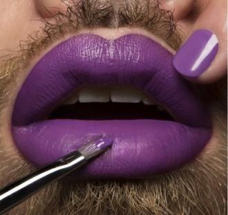 krāsotas lūpas