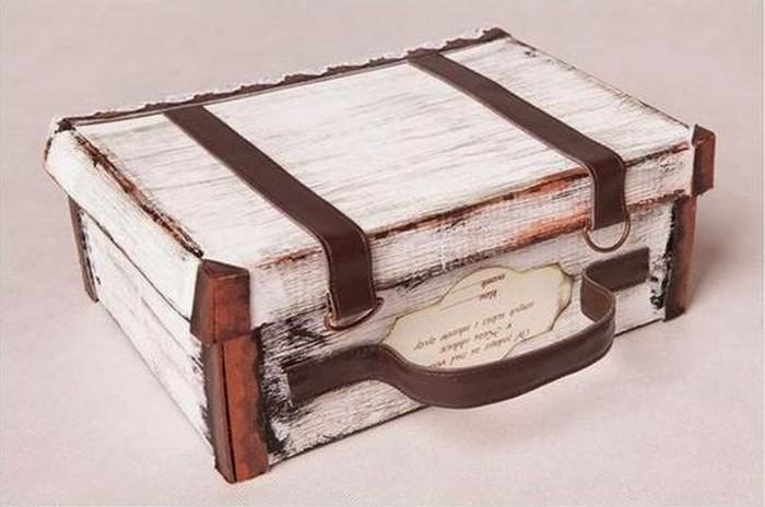 Kurpju kaste, nedaudz krāsas un ādas siksna, un improvizēts čemodāns gatavs