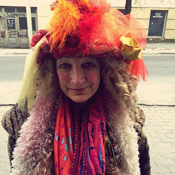 80-gadiga-lietuviesu-bezpajumtniece-vieteja-slaveniba-un-modes-dama-06