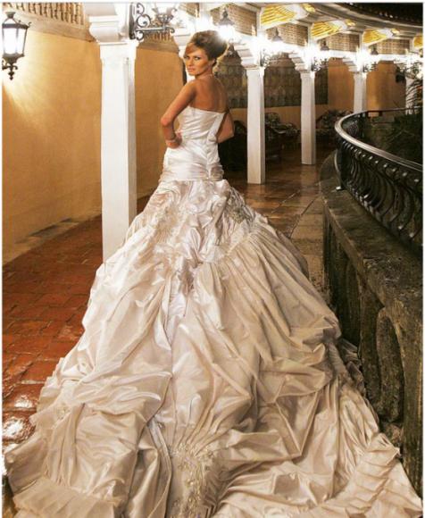 9. Par kāzām sabiedrība mēļoja vēl ilgi. Tikai līgavas kleita vien maksāja  200 000 dolāru. Melānijai to šūdināja Kristiāna Diora modes nams.