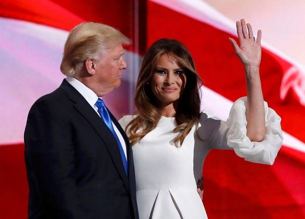 """12. Kad Melānija vēl bija """"potenciālās pirmās lēdijas"""" statusā, vīra iespējamo uzvaru vēlēšanās viņa komentēja šādi: """"Ja ASV prezidenta vēlēšanās uzvarēs mans vīrs, es kļūšu par ļoti tradicionālu līdzgaitnieci. Par tādu, kāda bija Betija Forda vai Džekija Kenedija, un es viņu atbalstīšu it visā""""."""