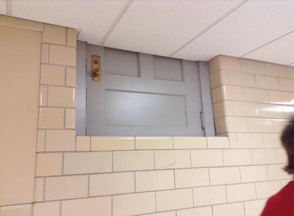Durvis domā, ka ir logs