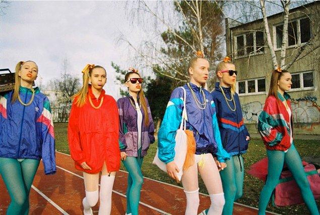 Boloņas jakas sevišķi stilīgi bija nēsāt kopā ar legingiem