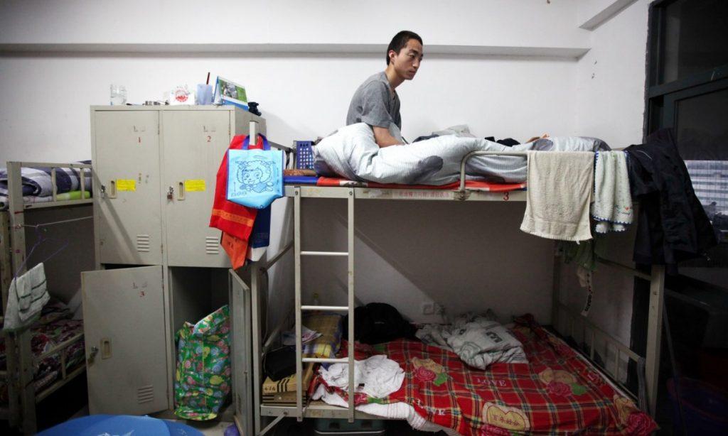 Vienā kopmītnes istabiņā dzīvo vismaz astoņi strādnieki