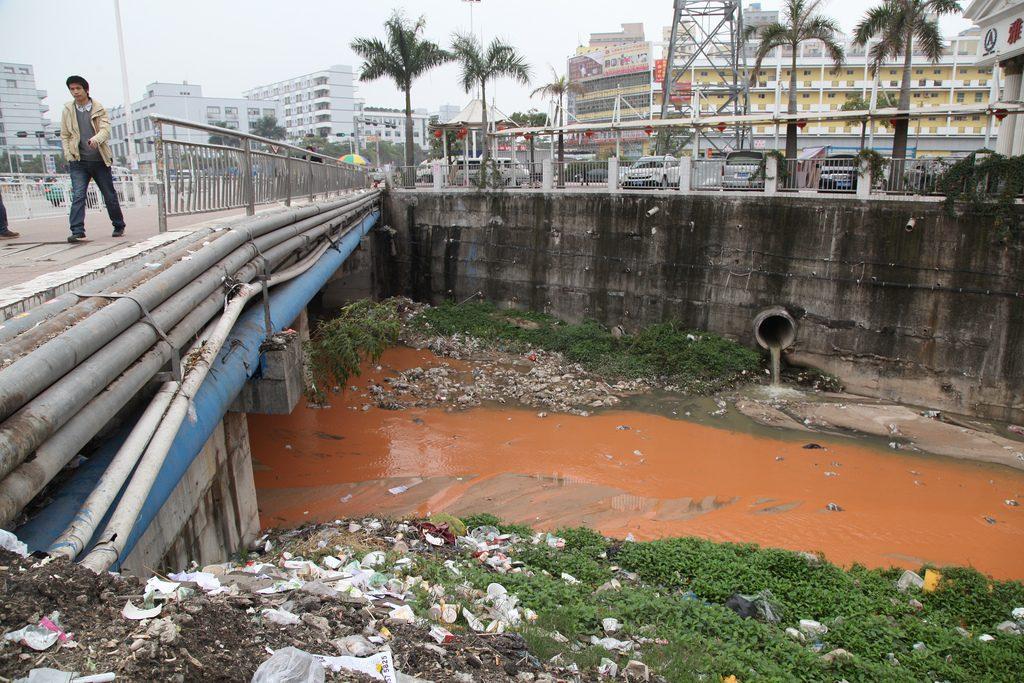 Daudzo rūpnīcu dēļ pilsēta slīgst netīrumos