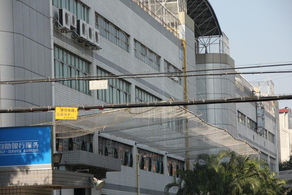 Tīkli pašnāvnieku ķeršanai zem rūpnīcas logiem