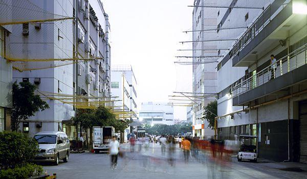 """Rūpnīcas """"centrālā iela"""". Zem logiem redzami slavenie pašnāvnieku tīkli"""